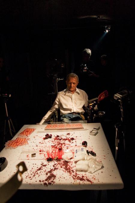 Bernardet joga partida de pôquer sangrenta com o diretor Kiko Goifman, que tem fobia de sangue e chegou a desmaiar durante as filmagens.