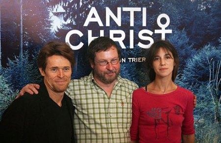 Willem Dafoe (esq.), Lars Von Trier (centro) e Charlotte Gainsbourg (dir.) promovem Anticristo