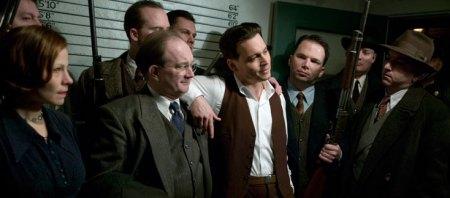 O filme mostra a época em que gângsters eram tratados como heróis pela mídia e pelo povo.